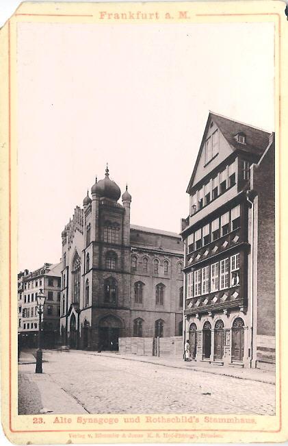 Къщата на Ротшилд и до нея синагогата.