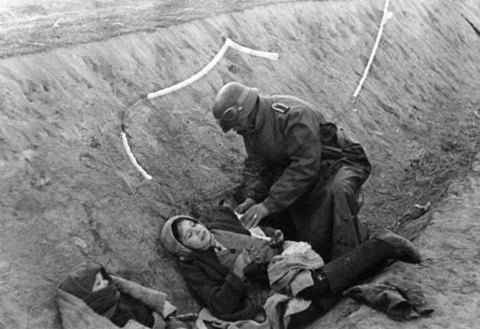 ВСВ. Немски войник помага на ранени руски цивилни граждани.