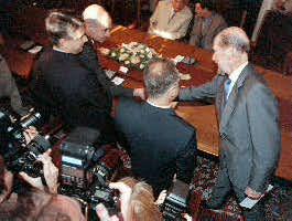 Премиерът Сакскобургготски се здрависва с шефа на военното разузнаване ген. Ангел Кацаров.