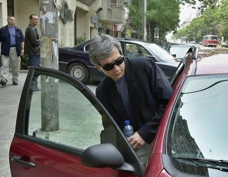 Юни 2001г. Стоян Ганев се качва в автомобила си след тайна среща в сградата на Дарик радио с президент на ''Нове холдинг'' Васил Божков - Черепа (вляво)
