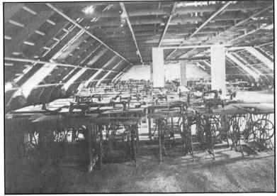 На снимката се вижда работилница за живачки в Аушвиц.