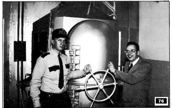 Фред представя газова камера създадена от него (една от многото).