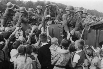 Полски граждани и германски войници.