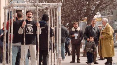 """Членове на движението """"Отпор"""" в клетката от вестникарска хартия в Панчево - в подкрепа на свободата на печата, 21 март 2000 г."""