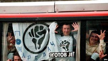 """Членове на движението """"Отпор"""" от Пожаревац по пътя за Белград, 27 сеп 2000 г."""