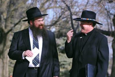 Равин Шаис Тауб и Отец Стивън Боис (президент на Бойс Таун), разговарят след среща - 2012г.