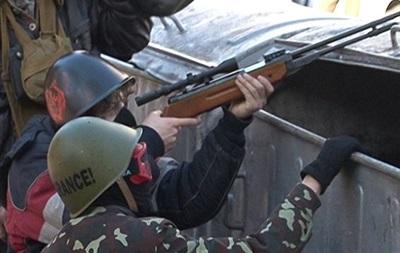 Заснет снайперист сред редиците на бунтовниците.