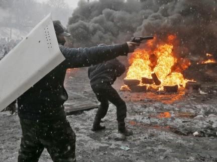 Тази снимка е от същият щурм на ул. Грушевского на 22 януари. Протестиращ стреля по полицията.