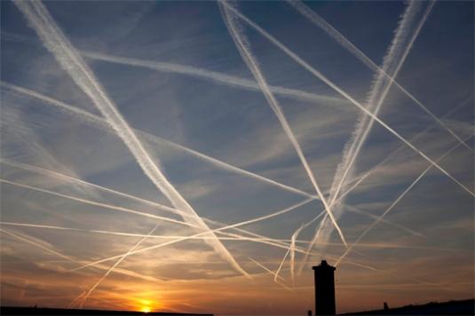 Химическите следи от самолети - факт за който никой не говори! НАТО ни пръска с отрова от небето
