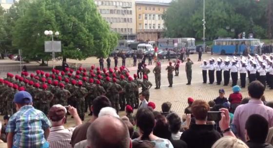 6 май 2012 г., Гергьовден. Пародия на военен парад показва какво е останало от Българската армия.