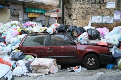 macchina-tra-i-rifiuti