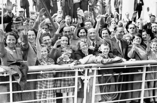 Еврейски бежанци на борда на Сейнт Луис, пристигащи в Белгия - юни 1939 г., след като са били върнати от Куба.