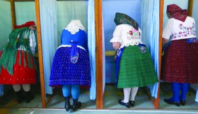 Национализъм:  унгарки идваха да гласуват пременени в национални носии.