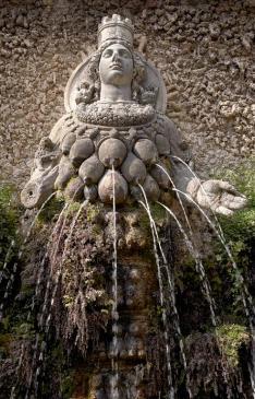 Типично изобразяване на богинята Диана (Семирамида/Ищар).  Множеството й гърди са умишлен похват, за да се алюзира  нейната абнормна, божествена плодовитост.