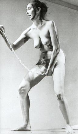Кароли Шнийман вади от вагината си свитък.