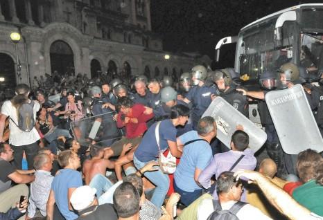 """Нощта на 23 срещу 24 юли 2013г. беше направен опит за държавен преврат, когато плате- ните протестиращи окупираха парламента и се опитаха да линчуват народните представители в белия автобус с предварително подготвени павета. По-шокиращото е, че предварително бяха разположени телевизионните камери на казионните медии, за да може точно в 22.00 часа, когато стартират късните новини на повечето телевизии, """"битката"""" да се предавана на живо."""