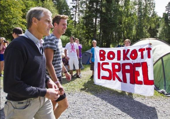 """Норвежки младежи от лейбъристката партия с табела """"Бойкот на Израел"""" протестират пред норвежкия външен министър. След два дни много от тях бяха убити."""