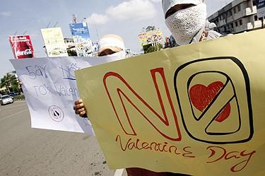 Празникът не се харесва и на мюсюлманите в Индонезия, които протестираха в протест срещу него