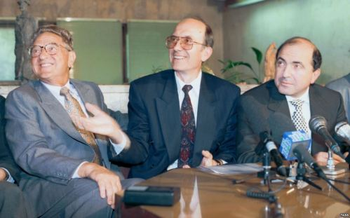 Джордж Сорос от ляво, от дясно Борис Березовски
