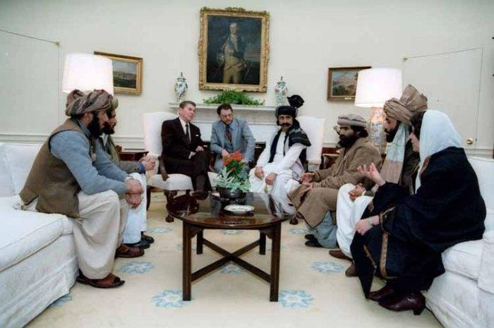 Роналд Рейгън с афганистанските командири на муджахидините в Белия дом през 1985 г. (Reagan Archives)