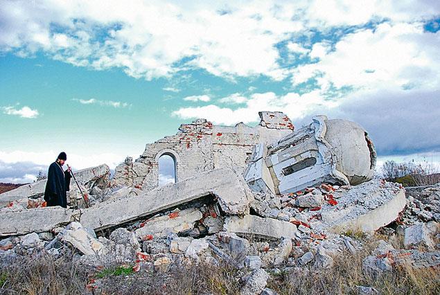 Руините на православна християнска църква в Косово.