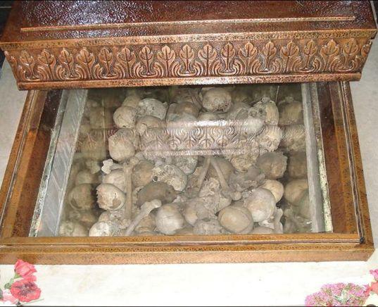 Тленните останки на зверски убитите жертви от костницата в църквата Св. Неделя.