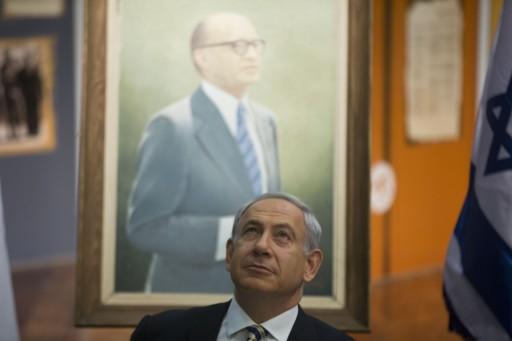Бенямин Нетаняху, отзад на фона портрет на Бегин