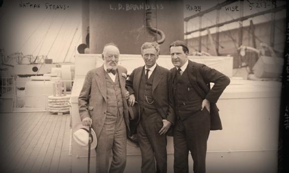 По средата: Луис Брандайс; от дясно: равин Стивън С. Уайс от Американската федерация на ционистите и от ляво: Нейтън Щраус