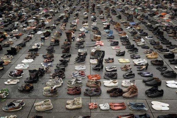 Над 11 000 чифта обувки замениха Парижкия марш за климатичните промени на Площада на Републиката в края на ноември м.г., тъй като шествието бе отменено заради затегнати мерки за сигурност