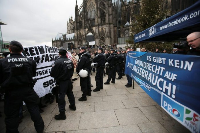 Полицията разделя протестите на леви и десни активисти в Кьолн. Снимка ЕПА/БГНЕС