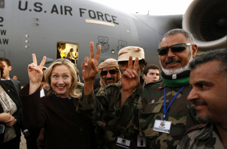 """Хилъри Клинтън с лидерите на """"бунтовниците: в Либия след като Кадафи беше убит и страната унищожена."""
