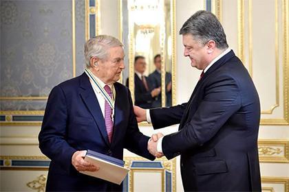 Украинската пионк-президент Порошенко награждава Сорос за извършването на кървавия преврат.
