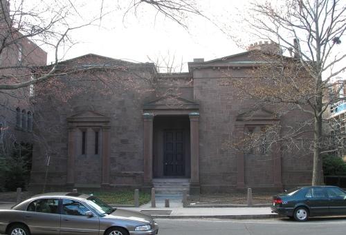 Сградата на Череп и Кости в университета в Йейл.
