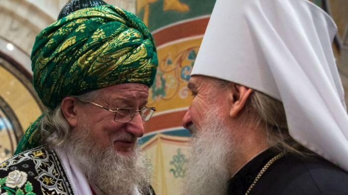 Върховният мюфтия на Русия Талгат Таджутдин заедно с руски митрополит.