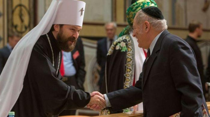 Председателят на отдела за външни връзки на Московската Православна Църква митрополит Иларион се здрависва с руски равин.